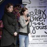 Isabel Melendez Alba (Verein Musik mit Kindern München) und Clara Muth (Isarlust e.V., die urbanauten) eröffnen die Abschlussveranstaltung. Foto: Alexandra Müller / Isarlust e.V.
