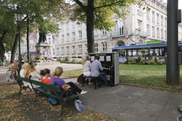 promenadeplatz_gepolstertesklavier_foto_vipasanaroy_isarlustev
